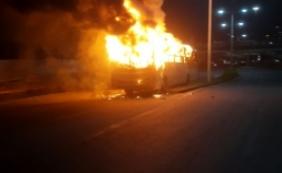[Manifestantes queimam ônibus em protesto a criança ferida em tiroteio; vídeo]