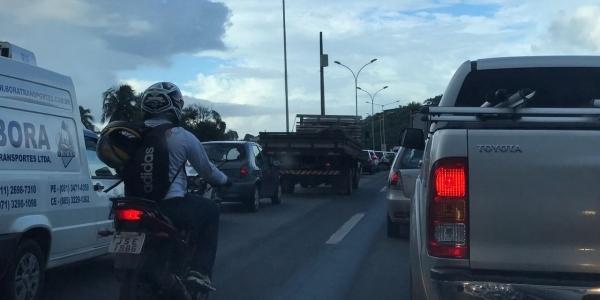 [Engavetamento gera congestionamento na BR-324; confira trânsito]
