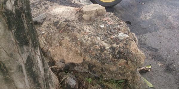 [Você Repórter: pedra é \'esquecida\' em calçada após obra no Caminho das Árvores]