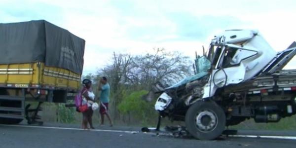[Colisão entre dois caminhões mata motorista de 43 anos na BR-324]