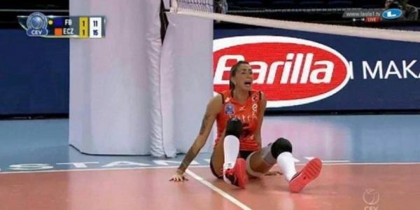 [Vôlei: Bicampeã olímpica sofre grave lesão no tornozelo; cena impressiona]