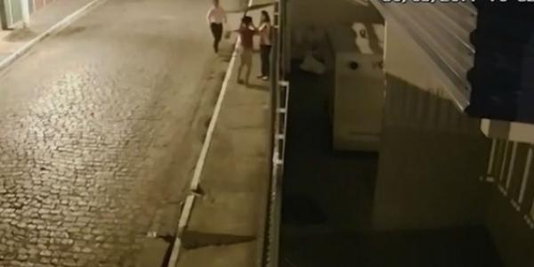 [Jovem é ameaçada com faca e assaltada por três mulheres em Itabuna]