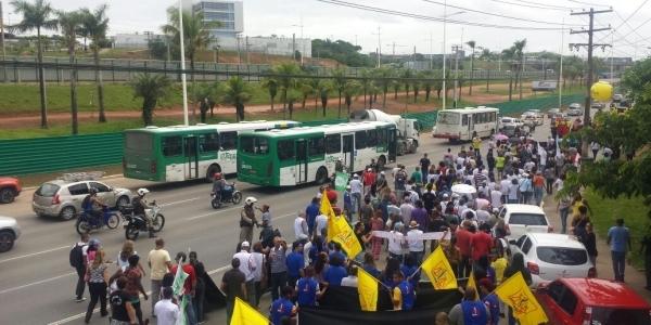 [Cobrando reajuste do governo, servidores realizam protesto na Av. Paralela ]