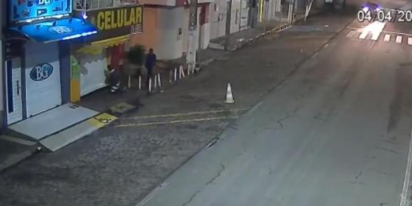 [Bandidos arrombam loja em Capim Grosso e levam quase 100 celulares; veja vídeo]