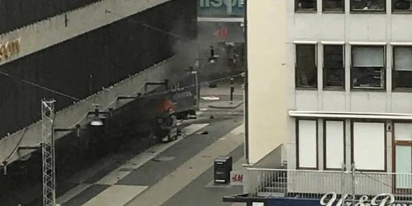 [Caminhão sobe passeio e atropela pedestres em Estocolmo; rádio fala em 3 mortos]