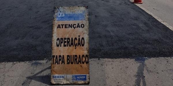 [Prefeitura faz operação tapa-buracos nas principais vias de Salvador ]
