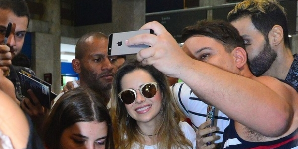 [Sandy causa alvoroço ao desembarcar em aeroporto no Rio de Janeiro]