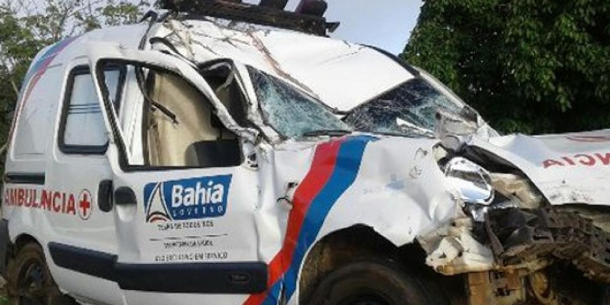 [Ambulância colide com caminhão e paciente idosa morre na BR-116]