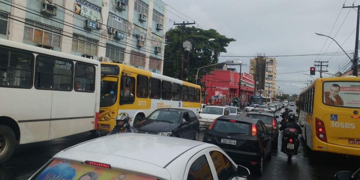 [Movimentação no Mercado do Peixe deixa trânsito lento na Av. Jequitaia; veja]