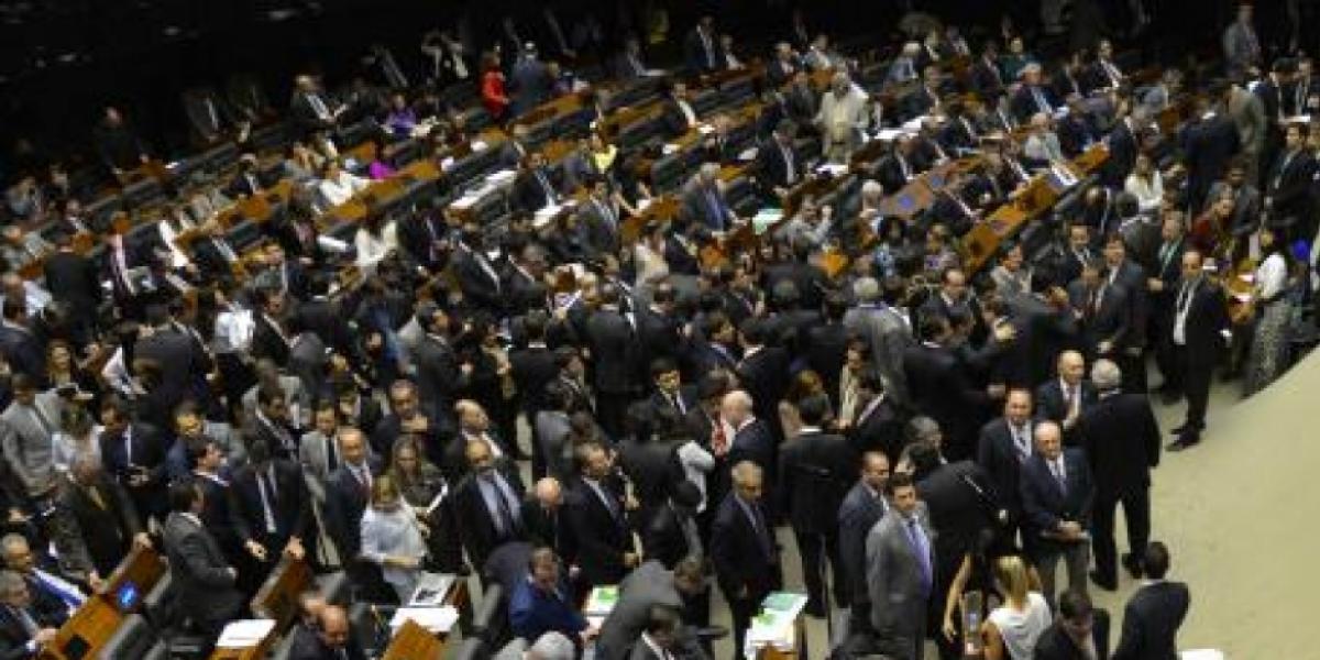 [ Câmara dos Deputados adia votação do projeto de ajuda aos estados ]