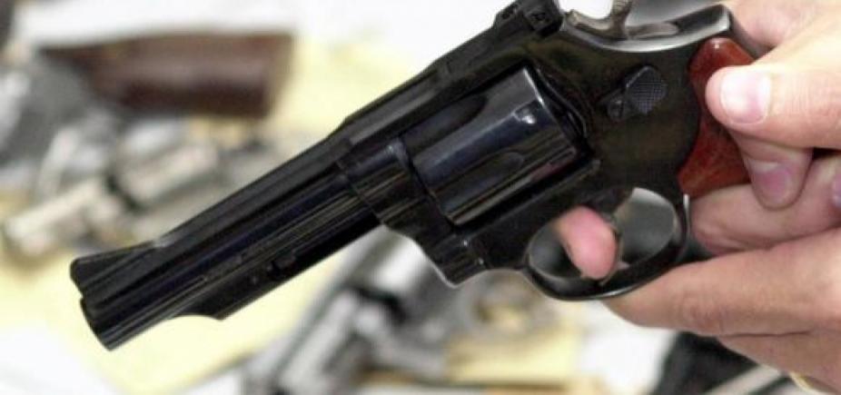 [Após atender pedido de socorro, mulher é atingida por bala perdida e morre em Camaçari]