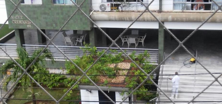 [Em dia chuvoso, escadaria de prédio é lavada com mangueira e morador denuncia: \'Desperdício\']