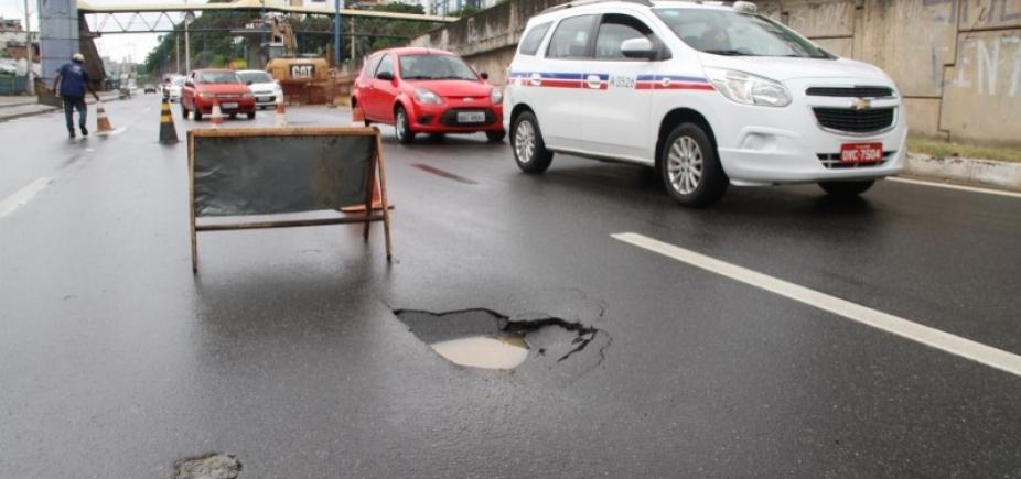 [Chuva: asfalto cede e cratera começa a ser formada na Av. Heitor Dias]