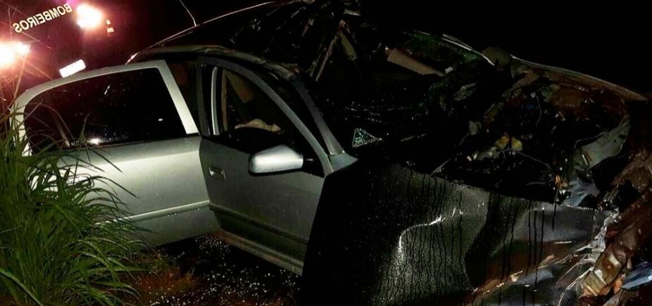 [Homem morre após carro colidir com caminhão; vítima ficou presa às ferragens]