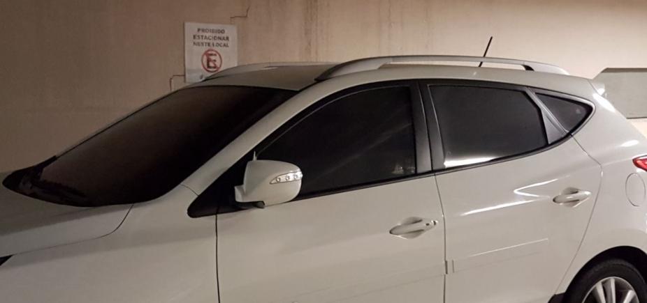 [Motorista ignora placa e estaciona carro em lugar proibido no Salvador Shopping]