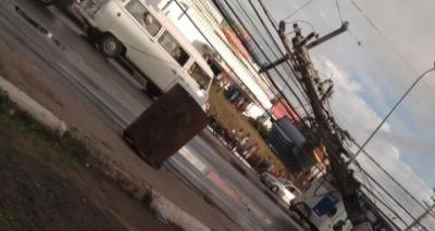 Poste cai e causa congestionamento intenso em Lauro de Freitas