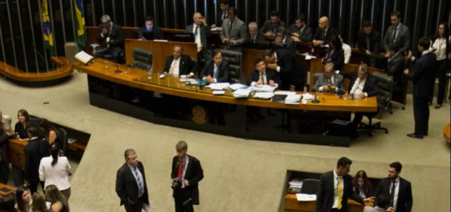 [Após manobra, Câmara aprova urgência da reforma trabalhista]