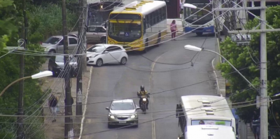 Fios expostos causam congestionamento na Ladeira da Cruz da Redenção; motoristas devem evitar o local