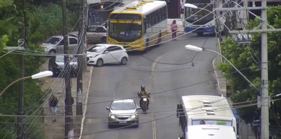 [Fios expostos causam congestionamento na Ladeira da Cruz da Redenção; motoristas devem evitar o local]