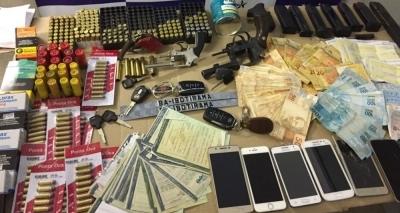 Polícia apreende mais de 500 munições, R$ 8 mil, armas e carros durante prisão de suspeito