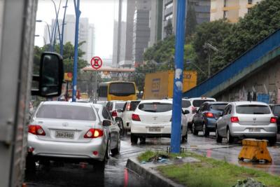 Mulher é atropelada por ônibus na Avenida Tancredo Neves