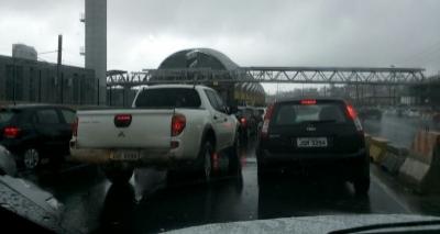 Táxi sobe em gelo baiano na LIP e acidente causa congestionamento na via