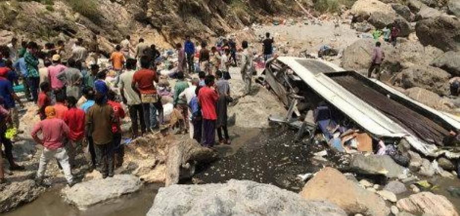 [Caminhão derruba poste e mata 13 pessoas na Índia]