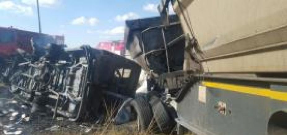 [Colisão entre caminhão e micro-ônibus escolar deixa 18 crianças mortas na África]
