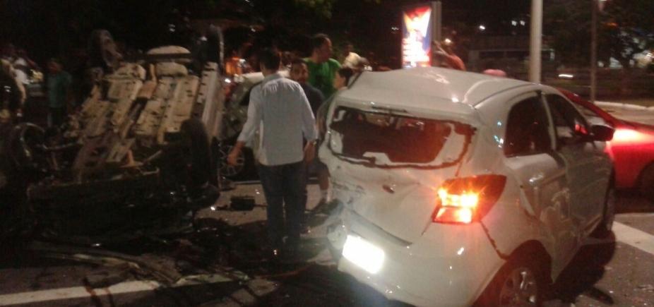 [Suspeitos capotam durante perseguição policial e causam acidente com outros cinco veículos]