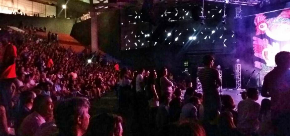 [Público reclama de pessoas em pé na frente do palco em show na Concha Acústica: 'Egoísmo']