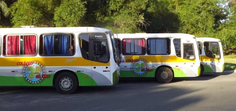 [Dupla armada invade ônibus escolar e saqueia alunos em Salvador ]