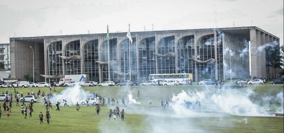 [Índios protestam no Congresso Nacional e pedem demarcação de terras; quatro foram presos]