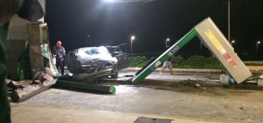 [Carro capota e destrói parte de posto de combustível na Boca do Rio ]