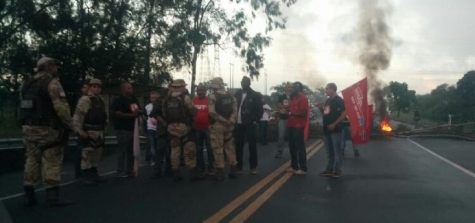 [Manifestantes espalham pregos em via de Camaçari e viatura tem pneus danificados]