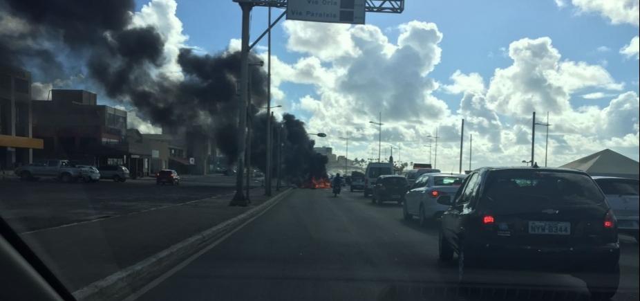 [Manifestantes queimam pneus e via é parcialmente interditada na altura do Colégio Integral]