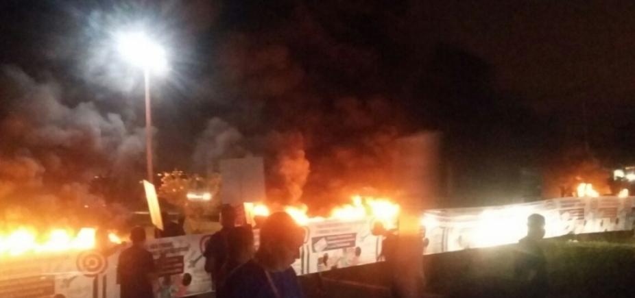 [Brasília: polícia interdita acessos ao aeroporto; manifestantes queimam pneus ]