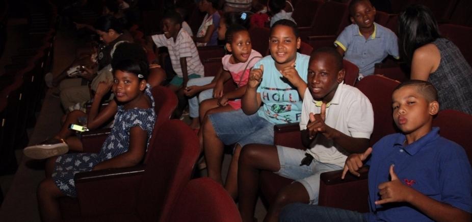 [Alunos de base comunitária assistem a espetáculo no Teatro Castro Alves]