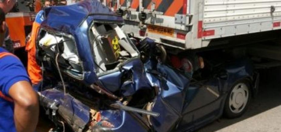 [Motorista sobrevive após ter carro prensado em acidente na BR-116]