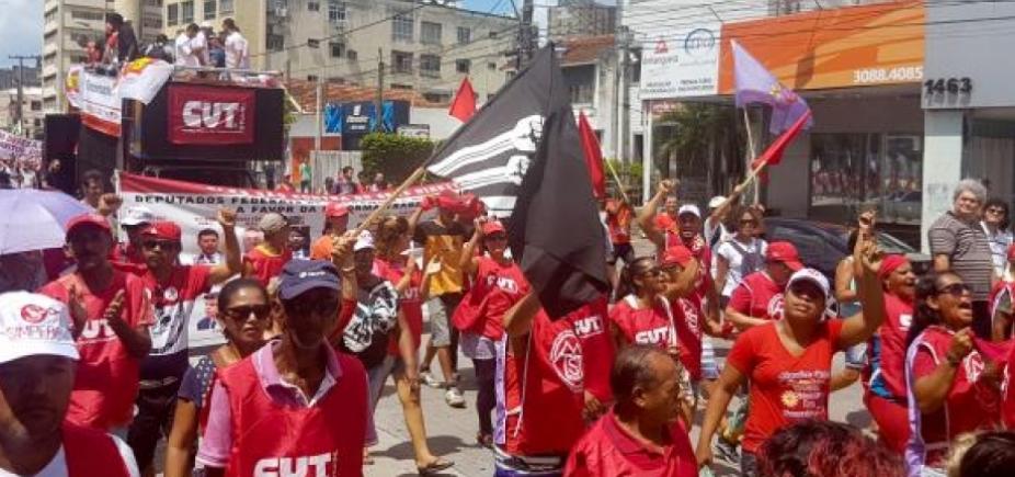 [1º de Maio: movimentos sociais e centrais sindicais protestam em Recife ]