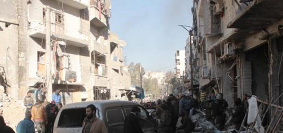 [Homens-bomba explodem e matam mais de 30 em região de refugiados na Síria ]