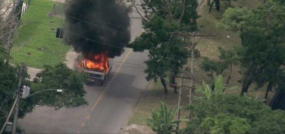 [Caminhão e sete ônibus são incendiados no RJ; rodovias são interditadas ]