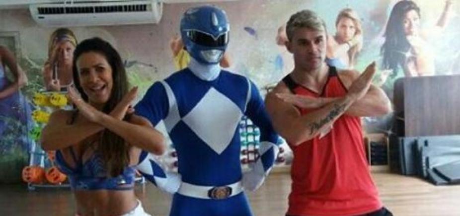[Sheila Carvalho dança hit do Parangolé ao lado do Ranger Azul; veja vídeo]