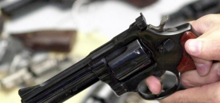 [Jovem é morta a tiros pelo ex-namorado em Pindobaçu; suspeito foge]