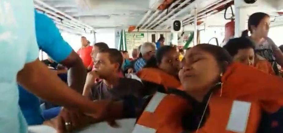 [Vídeo mostra desespero em lancha atingida por forte onda; embarcação ficou alagada]