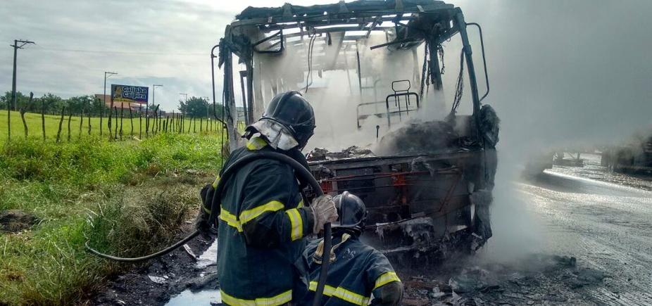 [Ônibus escolar que transportava crianças pega fogo na BR-101]