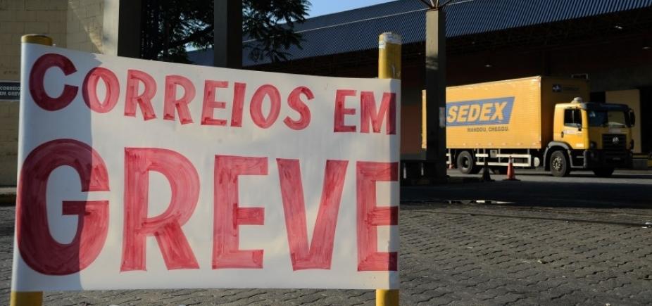 [Funcionários dos Correios realizam ato em frente ao maior centro de operações da Bahia]