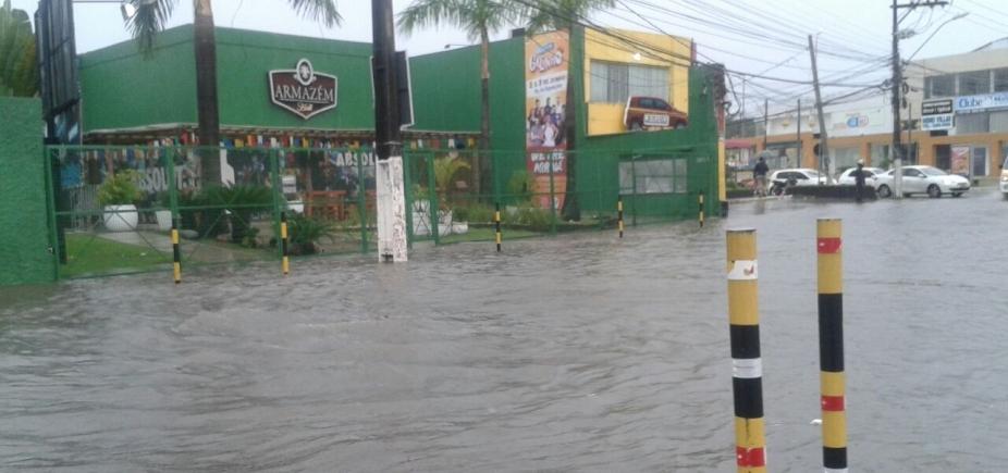 [Com forte chuva, avenida de Lauro de Freitas é tomada pela água]