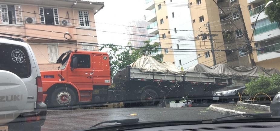 [Com carga de 35 toneladas, carreta quebra e complica trânsito na Graça]