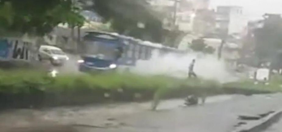 [Pedestre é jogado em córrego após ônibus formar onda em alagamento na Sete Portas; veja vídeo]