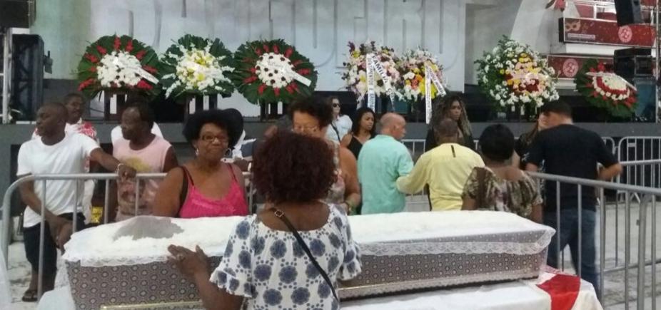 [Corpo de Almir Guineto é velado na quadra do Salgueiro; enterro acontece neste domingo]